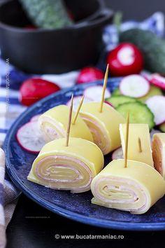 Rulada de cașcaval cu șuncă se poate face în multe feluri, dar acesta este unul din cele mai simple. Este un aperitiv foarte apreciat, în special la Caramel Apples, Chocolate Fondue, My Recipes, Bacon, Sandwiches, Food And Drink, Cheese, Ethnic Recipes, Desserts