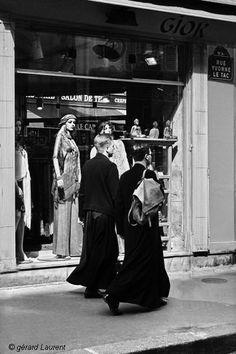 180042_paris_mannequins_et_soutanes_rue_yvonne_le_tac.jpg