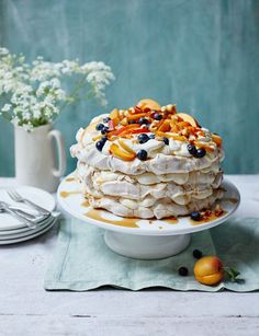 Cinnamon maple pavlova with hazelnut praline Zimt-Ahorn-Pavlova mit Haselnuss-Praline Summer Cake Recipes, Summer Cakes, Dessert Recipes, Pavlova Cake, Cupcake Cakes, Cupcakes, Profiteroles, Let Them Eat Cake, Just Desserts