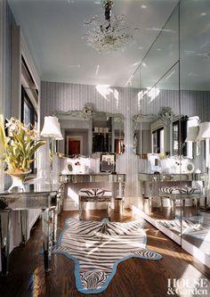 Eye For Design: Sisustus peilattu huonekalut Dressing Room Closet, Dressing Room Design, Dressing Rooms, Beautiful Interior Design, Beautiful Interiors, Boudoir, Mirrored Furniture, Mirrored Walls, Furniture Vanity