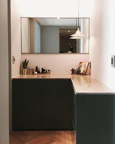 스탠딩 파우더 공간. 좋아하는 칼라매치 카키&골드 . . . . . #interior #interiordesign #house #home #homedecor #home #powderroom #decor #homestyling #gold #green #gubi #lighting #rooming #daily #herringbone #인테리어 #집스타그램 #파우더룸 #헤링본 #홈스타일링 #홈데코 #골드 #성북구 #리모델링 #현장 #구비 #루밍 #일상 #소통 #817designspace