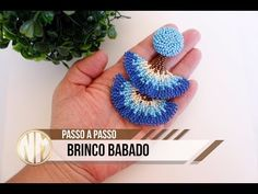 Brinco Babado - passo a passo - YouTube Tatting Jewelry, Bead Jewellery, Beaded Jewelry, Beading Tutorials, Beading Patterns, Seed Bead Earrings, Crochet Earrings, Bead Crafts, Jewelry Crafts