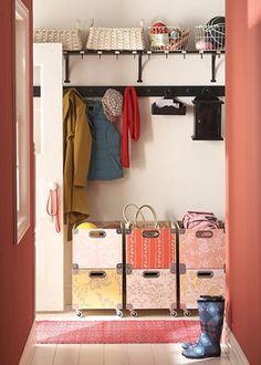Ruimtegebrek? Gebruik restjesbehang voor stoere dozen. Zorg voor kleurovereenkomst. Met wieltje erondern multifunctioneel.