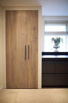 Moderne keuken #graniet #maatwerk #eiken #massief #wandplanken #apothekerskast #WoodCreations Kitchen Styling, Kitchen Decor, Modern Country Style, Cocinas Kitchen, Kitchen On A Budget, Interior Design Living Room, Home Kitchens, New Homes, House Design