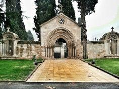El hospital de peregrinos de San Juan de Acre estaba en ruimas. Su portada y sus ventanales se recuperaron como puertas del cementerio de Navarrete