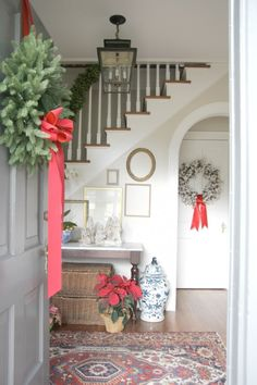 Christmas Entry / Welcoming - Holly Mathis Interiors Merry Christmas Eve, Noel Christmas, Country Christmas, Christmas Traditions, Christmas And New Year, Winter Christmas, All Things Christmas, Christmas Entryway, Family Christmas