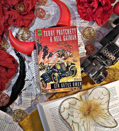 Dieses Buch von Terry Pratchett lese ich alle Jahre wieder. Es ist die Geschichte von dem Film 'Das Omen', doch hier kommt der Sohn des Teufels in die falsche Familie  Die Charaktere sind das Beste am gesamten Roman.