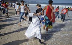 27/7 - Freira caminha pela areia de Copacabana