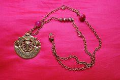 """Collier """"Agathe"""" : pendentif bronze ancien cabochon au verso, perles roses en agathe et jaspe, perles anciennes verre à facette : Collier par lericheattirail"""