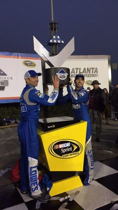 Crew chief Chad Knaus and @JimmieJohnson hoist their winning trophy!  (Twitter @LowesRacing)