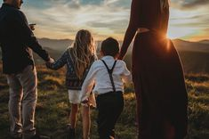 Image from Danielle Navratil Photography Outdoor Family Photos, Fall Family Pictures, Fall Family Portraits, Family Posing, Family Picture Outfits, Shooting Photo, Family Photo Sessions, Jolie Photo, Family Photographer