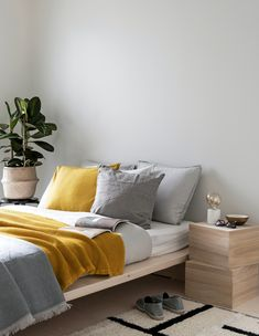 Peaceful bedroom inspiration from Deko Foto: Niclas Mäkelä Peaceful Bedroom, Scandinavian Style Home, Nordic Interior, Interior Decorating, Interior Design, White Houses, Home And Living, Master Bedroom, Bedrooms