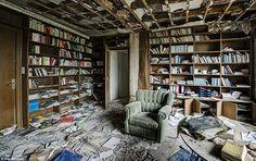 Le lecteur: La bibliothèque de la maison a étagères encore bourré de livres et un siège confortable prospectifs figurant dans laquelle le médecin peut ai lu des livres d'anatomie dans ses temps libres