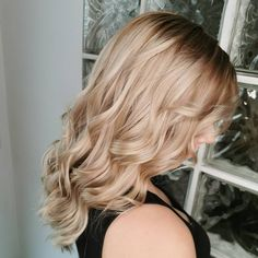 This Champagne Blonde color transformation by Sophia Lange sees beautiful beige-blonde waves finished off with a gloss that's so gorgeous it almost feels metallic. Blonde Waves, Warm Blonde, Beige Blonde, Blonde Curls, Blonde Color, Easy Updos For Medium Hair, Medium Hair Styles, Long Hair Styles, Hairstyles Haircuts