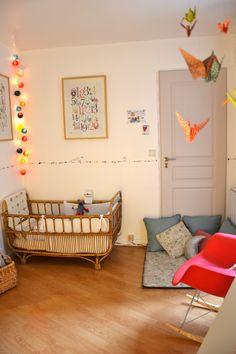 Leuk gedaan met de gekleurde cottonballs, origami vogels en het subtiele tekeningetje op de muren