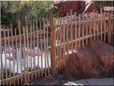 Vékony akácfa ágakból épített rusztikus fakerítés Fence Art, Fences, Fa, Wood, Zulu, Crafts, Picket Fences, Manualidades, Woodwind Instrument