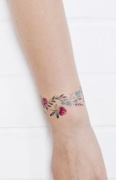 Discreet And Charming Wrist Tattoos You'll Want To Have. Classy, colorful and feminine wrist bracelet tattoos Discreet And Charming Wrist Tattoos You'll Want To Have. Classy, colorful and feminine wrist bracelet tattoos Cool Wrist Tattoos, Flower Wrist Tattoos, Wrist Tattoos For Women, Pretty Tattoos, Unique Tattoos, Beautiful Tattoos, Star Tattoos, Life Tattoos, Body Art Tattoos