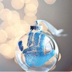 babygave, DIY baby, baby ball, babyhånd, baby håndaftryk, babyaftryk, glaskugle med baby, babys first Christmas, gave til bedsteforældre, babygave til bedteforældre,