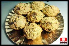 [DOLCI] Muffins di #avena. Frullate 1/2 banana e 1 mela con un po di acqua. Versate il composto in una ciotola e mettere a mollo 150 g. di fiocchi di avena e 50 g. di uvetta. Mescolate 150 g.di farina integrale con 1/2 tazzina di olio di semi di girasole, 50 g. di cioccolata ridotta in pezzetti. Unire i due composti ed eventualmente aggiungere dell'acqua. Aggiungere 1 bustina di lievito e mescolare bene. Versare negli appositi stampi e mettere in forno a 180° per circa 25-30 minuti.