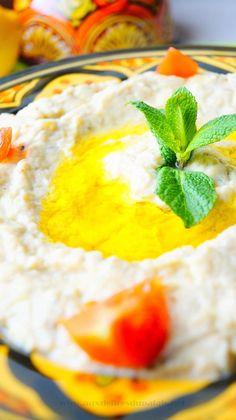 Baba Ghanouj (recette libanaise) Aujourd'hui on s'en vole destination le Liban avec le fameuxBaba ghanouj ou baba ghanoush Ganousch ou Baba Ghanouge, en arabe بابا غنوج appelé aussi moutabal (prononcé « mtabal » .Ce metest à based'auberginepréalablement grillée, préparée en purée, mélangée à dutahini(crème desésame) et aux classiques ail, citron, huile d'olive, qui sont les ingrédients de base de la cuisine du Moyen-Orient. #babaghanouj #liban #iran #turquie #foods #foodporn #recipes