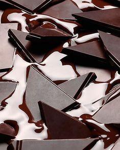 """Cuántos amantes del chocolate hay por aquí? Sabías que hoy es el #DiaMundialDelCHOCOLATE. Tal día como hoy pero en 1916 nace el escritor inglés Roald Dahl reconocido autor de la famosa obra """"Charlie y la fábrica de Chocolates"""". Obra por la cual en el año 1955 se decide que cada 13 de Septiembre se celebraría el Día Mundial Del Chocolate. Otro dato interesante de este delicioso alimento es que nuestro país #Venezuela es uno de los que tiene mayor calidad en su cacao por cuestiones climátic..."""