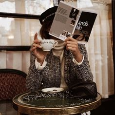 Tweed jacket with cream turtleneck. French girl style at a cafe. Audrey Leighton Rogers' coffee break at Cafe de Flore in Paris, France Anais Nin, Parisian Style Fashion, Parisian Chic, Breakfast At Tiffany's, French Lifestyle, Luxury Lifestyle, Foto Pose, Foto E Video, Fashion Photography