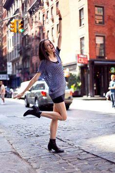 Что бы получить изумительные снимки вам необходимо знать какие позы для фотосессии на улице для девушек подходят лучше всего, а так же нужно: 1. красивый пейзаж; 2. Умелый фотограф; 3. Несколько нарядов; 4. Хорошее настроение; 5. Умение позировать - с этим мы как раз и поможем.