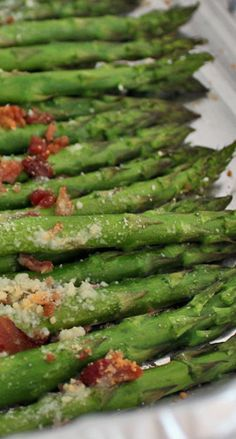 Roasted Asparagus with Parmesan and Bacon Bits It was easy to make and tasted delicious. Veggie Recipes, Healthy Dinner Recipes, Cooking Recipes, Healthy Food, Ww Recipes, Recipies, Yummy Food, Asparagus Bacon, Asparagus Recipe