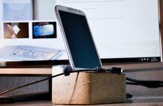 Beton Handyständer - Du hast es satt dein Handy immer in irgendeine Ecke zu schmeißen und suchst später vergeblich? Dann widme deinem Smartphone doch einen eignen Platz in deinem Haus und stelle es in den Mittelpunkt mit einem praktischen Betonhandyständer!