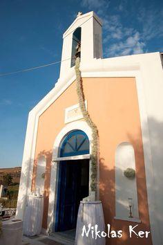 Εκκλησία Αγίων Αναργύρων στη Τζιά! Λαμπάδες γάμου μανουάλια & στολισμένο καμπαναριό όλο με baby's breath. Handmade by Nikolas Ker