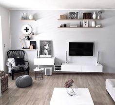 Jasna kolorystyka  rozświetla salon oraz optycznie dodaje mu metrów. Na uwagę zasługuje szczególnie ściana telewizyjna...