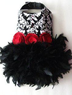 Plumas de Damasco negro arnés perro vestido de alta costura KO DATOS DE -Tela Damasco blanco y negro hermosa de la impresión -Falda de plumas negro fluffy agrega lujo, textura y movimiento -Rosetas rojos satinados con centros de crysal -Cristales de Swarovski rojo adornan la parte superior del arnés -Anillo D para la fijación de la correa fácil -Fácil ajustar cierre en cuello y cierre de velcro en pecho -Mano a mano en los Estados Unidos -Estilo no visto en otros lados! -Custom fit a…