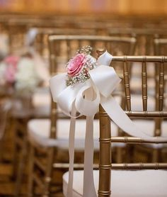 Such a great photo captured by @genovese_ashford!  #thefloralcottageflorist #pewmarkers #weddingflowers #batonrougewedding #bridetobe2017 #batonrougebride