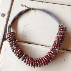 Boho chic! Leuke 'spiraal' ketting van stof en rocailles in mooie herfstkleuren.