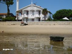 """Pour la communauté de mon aminaute Nicole, """"les jolies maisons"""", voici deux photos d'une maison du Cap-Ferret, sur le bord de la plage, face à Arcachon et la Dune du Pyla. J'aime beaucoup cette maison blanche, mélange de style Louisiane et Arcachonnais,..."""
