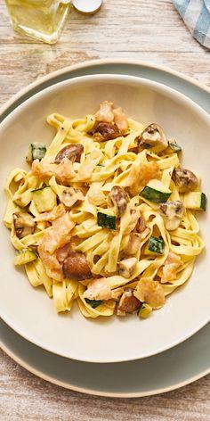 Frische Zucchini-Stückchen in cremiger Sauce mit Lachs, Champignons und Bandnudeln - sieht unsere Räucherlachs-Pasta nicht total verlockend aus? Wir garantieren dir: nicht nur optisch, sondern auch geschmacklich ist unser Gericht ein Hit!