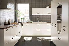 Et moderne køkken i hvidt med de helt nye MÄRSTA fronter