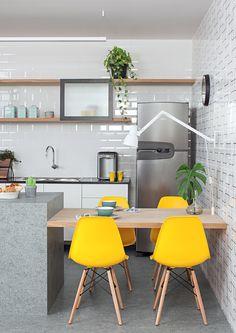 Com luz natural entrando pelo cobogó, esta cozinha faz uma releitura de materiais, dando-lhes ares modernos e garantindo a funcionalidade do ambiente