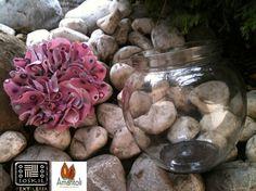 Tarro redondo de vidrio con detalle de flor de tela tejida palo de rosa print acabado: derivado de caucho. Contenido : 10 trufas grandes.