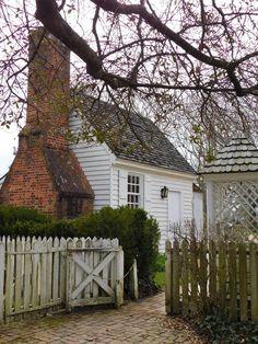 Colonial Williamsburg Va, Williamsburg Virginia, Colonial Garden, Colonial Cottage, Farm Fencing, Fences, Plantation Houses, Virginia History, Red Hook
