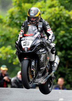 Guy, one of the coolest personalities in all of motorsports! Isle of Man is the most thrilling and exciting sporting event on earth! Guy Martin, Agv Helmets, Custom Sport Bikes, Biker Gear, Bike Rider, Racing Motorcycles, Valentino Rossi, Isle Of Man, Super Bikes