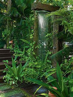 Outdoor shower ~ Esta casa na praia tem piscina, mas é no chuveirão que os proprietários se refrescam depois de mergulhos no mar. Ele fica instalado em uma estrutura de madeira de demolição, entre singônios, helicônias e palmeiras. Projeto do paisagista Gil Fialho: