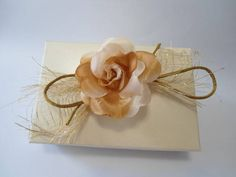 Referência: 1969 Descrição: caixa cartonada, forrada com Papel Color Plus Majorca, decorada com flor de tecido, telado dourado e fitilho de cetim na tampa. Opcional: nome ou monograma em relevo aplicado na tampa. Não comercializamos os produtos contidos na caixa. Esta caixa pode ser utilizada para doces ou lembranças de diversos tipos de eventos. http://www.elo7.com.br/caixa-doces-lembrancas/dp/2643C4