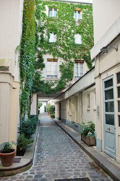 Green Interior Backyard in Paris, rue du Cherche-Midi. Paris France, Belle Villa, Paris Ville, Most Beautiful Cities, Paris Street, City Lights, Places To Visit, Around The Worlds, Exterior