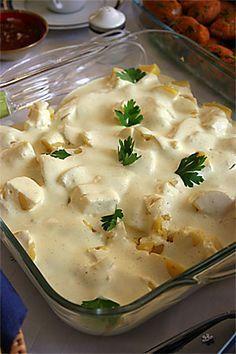 Patates Salatası 10 tane patates 3 çorba kaşığı krem peynir 1 çorba kaşığı hardal 2 cups yogurt 3 çorba kaşığı mayonez 2 çorba kaşığı zeytinyağı black pepper Yapımı çok kolay. Patatesleri haşlayıp soyuyorsunuz. Diğer malzemeleri pürüzsüz bir karışım elde edene kadar mutfak robotundan geçiriyorsunuz. Doğradığınız patateslerin üzerine döküyorsunuz. Krem peynir zaten tuzlu bir tat verdiği için ben ayrıca tuz katmadım, isteyen tuz ekleyebilir. Sosun daha koyu olmasını isterseniz biraz daha