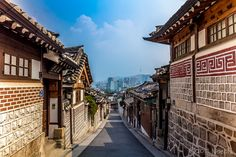 Hanoks are Korean traditional houses and Bukchon Village is where the aristocratic classes lived during the Joseon Dynasty! Certain Hanoks are still owned by locals, while most of it were converted into galleries, restaurants, and cafes. @whatsupseoul whatsupseoul.com