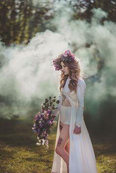 Bad Ass Smoke Bomb Bridals | retrato | retratos femininos | ensaio feminino | ensaio externo | fotografia | ensaio fotográfico | fotógrafa | mulher | book | girl | senior | shooting | photography | photo | photograph | fumaça | noiva | coroa de flores