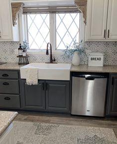 White Farmhouse Sink, Kitchen With Farmhouse Sink, Farmhouse Cabinets, Kitchen Redo, Kitchen Remodel, Kitchen Ideas, Updated Kitchen, Küchen Design, Home Remodeling