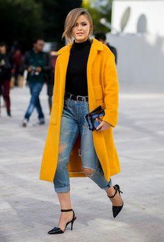 Kristina porte à merveille le jaune moutarde sur une tenue sobre et  élégante  un jean f224d6a372c