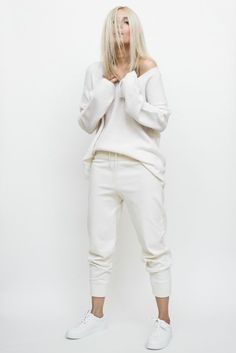 Monochromatic to elevate the look White Fashion, Look Fashion, Fashion Outfits, Womens Fashion, Sporty Outfits, Casual Fall Outfits, Weekend Wear, Minimalist Fashion, Casual Chic
